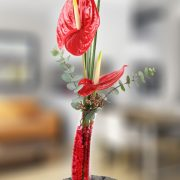 Original jarrón con anthurium y decoración