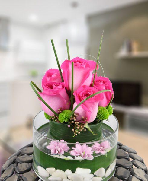 Fuente de cristal con rosas y decoración. Finura y elegancia.