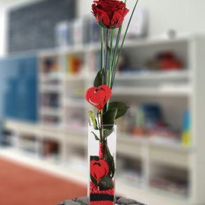 Jarrón de cristal con una rosa roja estabilizada (duran para siempre)