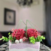 Jarrón de cristal con dos rosas estabilizadas.(duran para siempre)