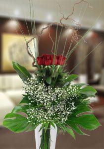 Impresionante ramo de 12 rosas rojas con diseño especial