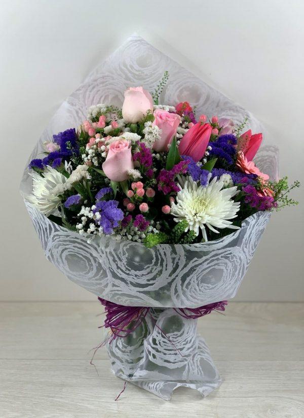 Ramo con Rosas Rosas, Tulipan Fucsia, Hipéricum, Statice con envoltorio especial