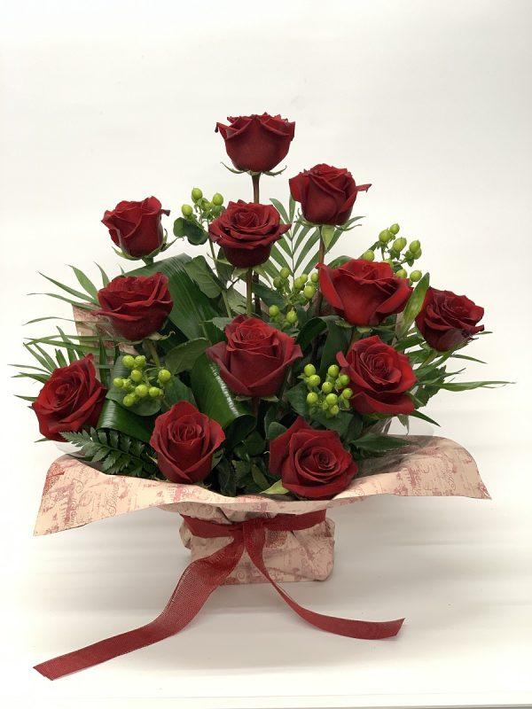 12 Rosas rojas e hypericum
